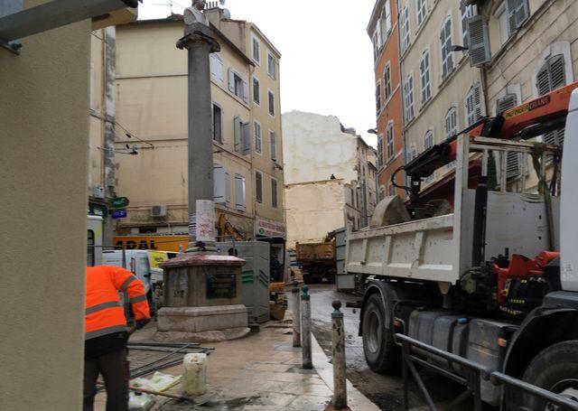 Grues et autres engins de chantiers continuent de s'activer autour du trou laissé par l'effondrement de deux immeubles, dans le haut de la rue d'Aubagne.
