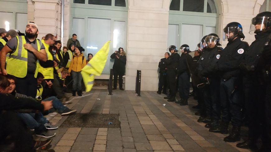 Les gilets jaunes et les forces de l'ordre se sont fait face pendant plus d'une heure, rue Saint-Louis, sans s'affronter physiquement.
