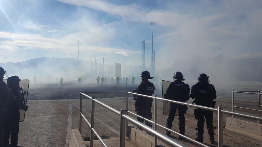 Gilets jaunes et gendarmes se font face sur l'autoroute