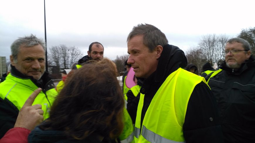 Nicolas Dupont-Aignan en discussion avec les gilets jaunes du rond-point de l'Europe à Auxerre