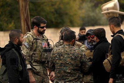 Des soldats américains avec des Forces Démocratiques Syriennes dans la ville tenue par les Kurdes, Al-Darbasiyah, dans le nord est du pays, près de la frontière turque (4 novembre 2018)