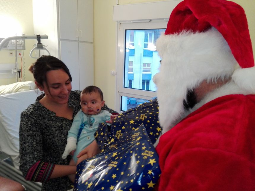 Des cadeaux pour les enfants et des chocolats pour les parents.