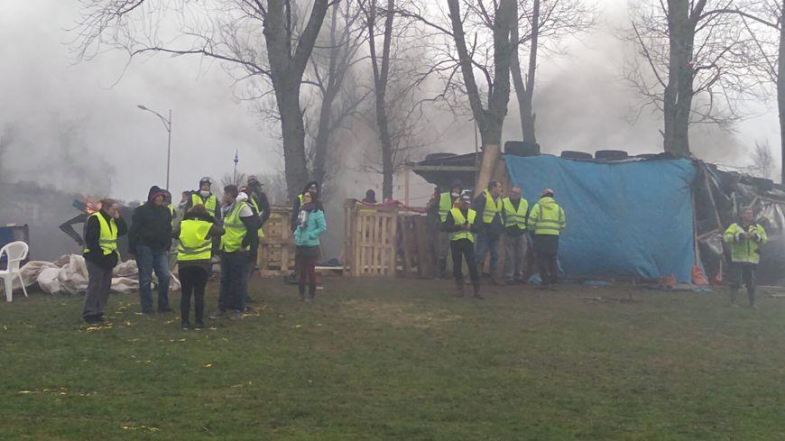 """Les """"gilets jaunes"""" du rond-point de Penesme à Tourlaville attendent de pied ferme les forces de l'ordre"""