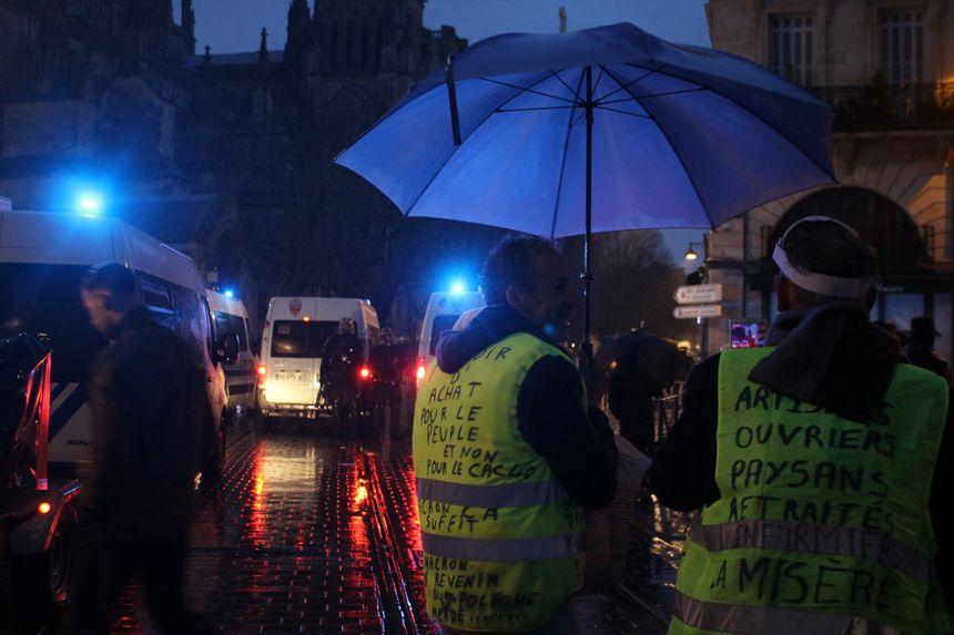 A la tombée de la nuit, les manifestants sont dispersés dans le centre-ville.
