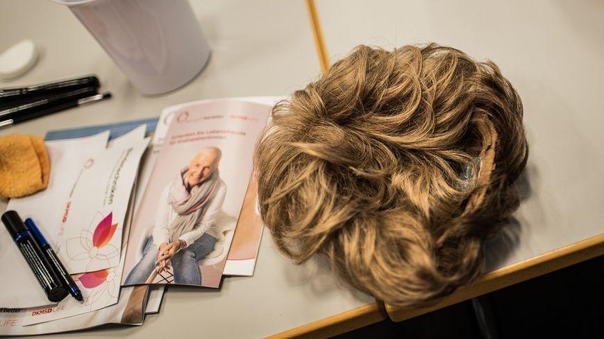 Les perruques en fibres synthétiques de qualité seront bientôt intégralement remboursées.