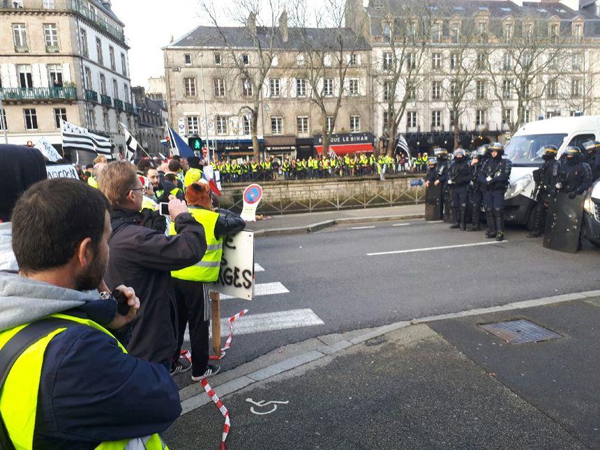Près de la Préfecture, les manifestants ont fait face aux forces de l'ordre dans le calme