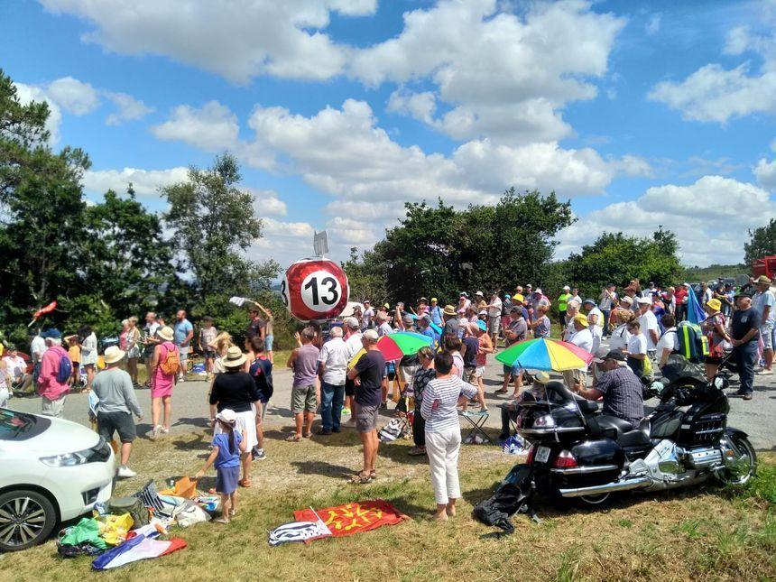 Les spectateurs attendent le passage du Tour de France.