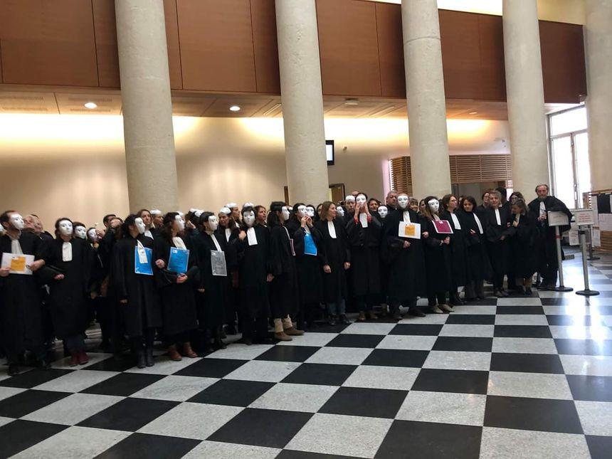 Les avocats s'étaient déjà rassemblés ce mardi 11 décembre dans le hall du tribunal de Saint-Étienne.