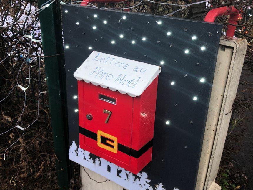 Le couple récupère les lettres pour le Père Noël...