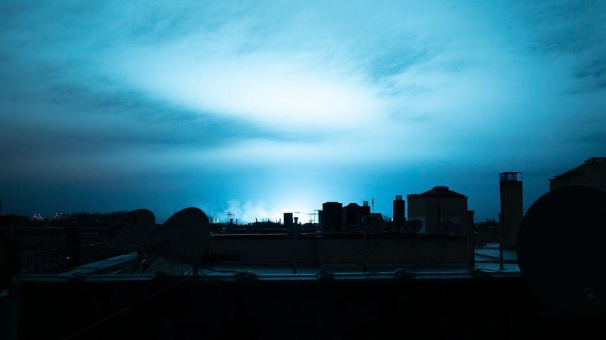 Une lumière bleutée illumine le ciel de New York après l'explosion d'un transformateur dans le quartier du Queens, le 27 décembre 2018.