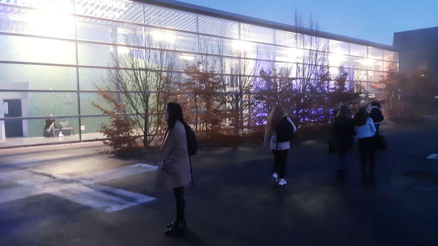 """A 7h45 ce mardi matin, malgré le froid, chaque élève est """"contrôlé"""" : ceux qui ne respectent pas le code vestimentaire écopent d'une heure de retenue."""