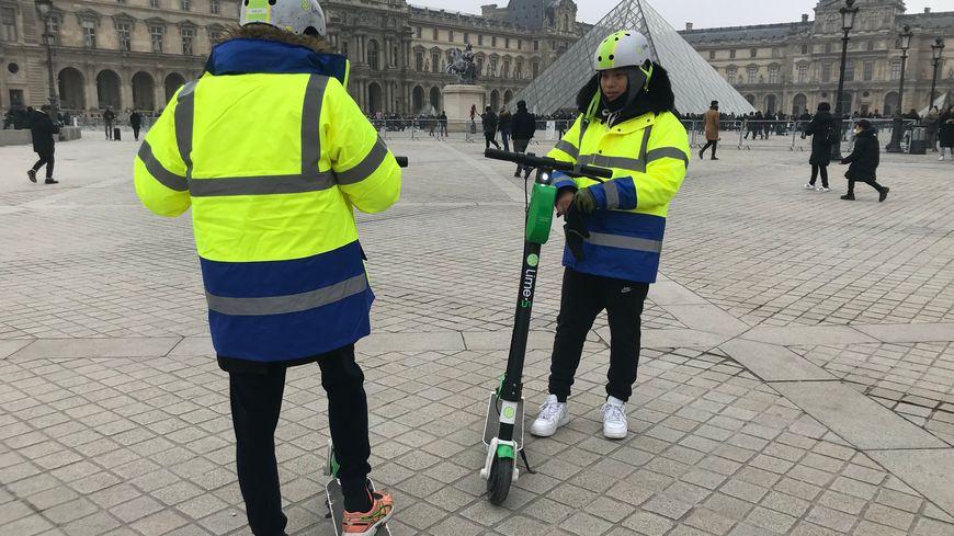 Sonthay et Fousseny (dos) patrouillent pour enlever les trottinettes interdites aux abords du Louvre