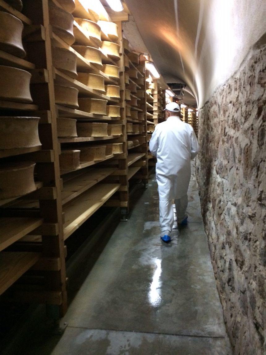 Hervé Mons dans la cave à fromage de l'entreprise