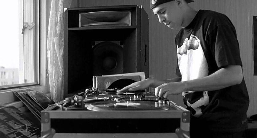 """DJ Cut Killer et sa cultissime scène du sample de KRS One, dans """"La Haine"""", en 2005."""