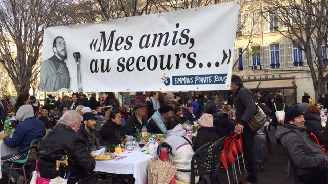 Le repas de Noël servi par les bénévoles d'Emmaus aux plus démunis Square Stalingrad à Marseille