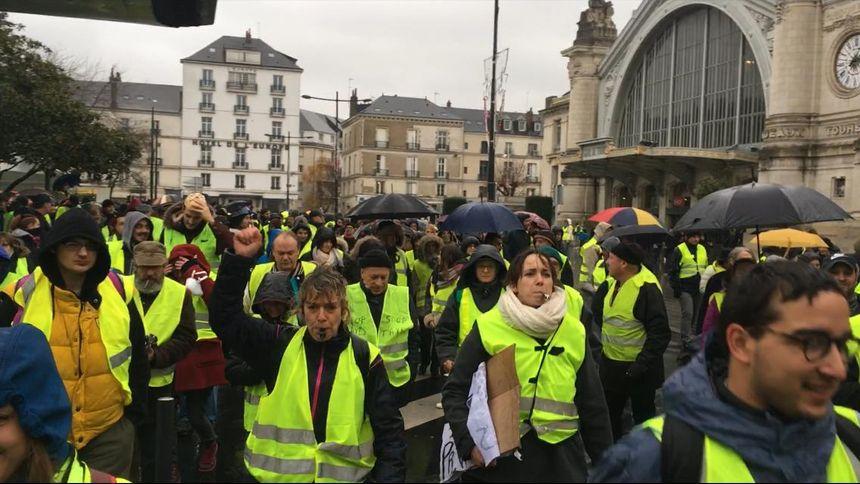 La manifestation de plusieurs centaines de gilets jaunes a débuté dans le calme, à 14H, devant la gare de Tours