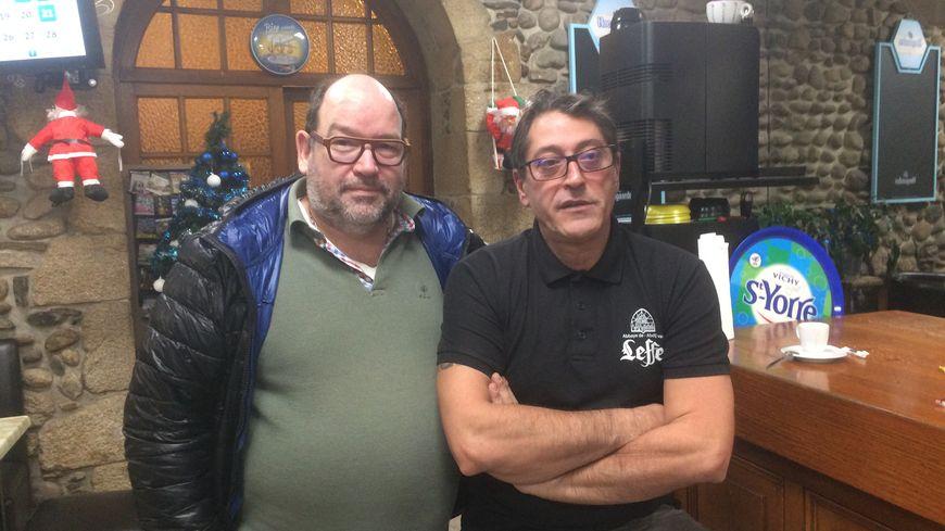 Yves Polfliet (à gauche) et Jean Iglésias ne feront aucun bénéfice avec ce réveillon. Les 5 euros qu'ils demandent couvrent tout juste la matière première de leur menu.