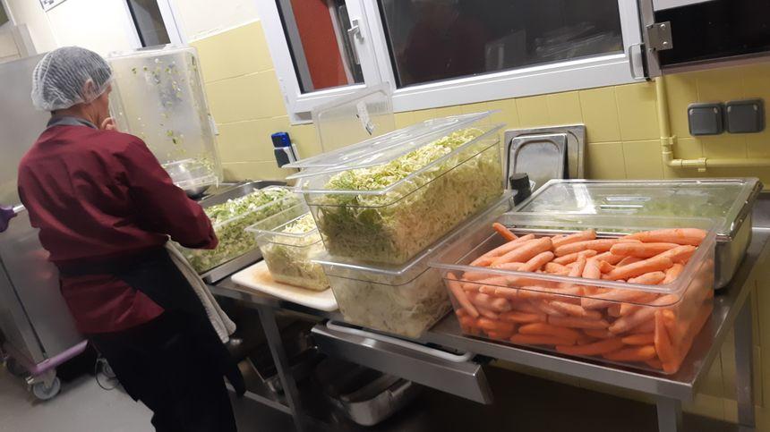 Au restaurant municipal de Cossé le Vivien, les carottes sont locales.