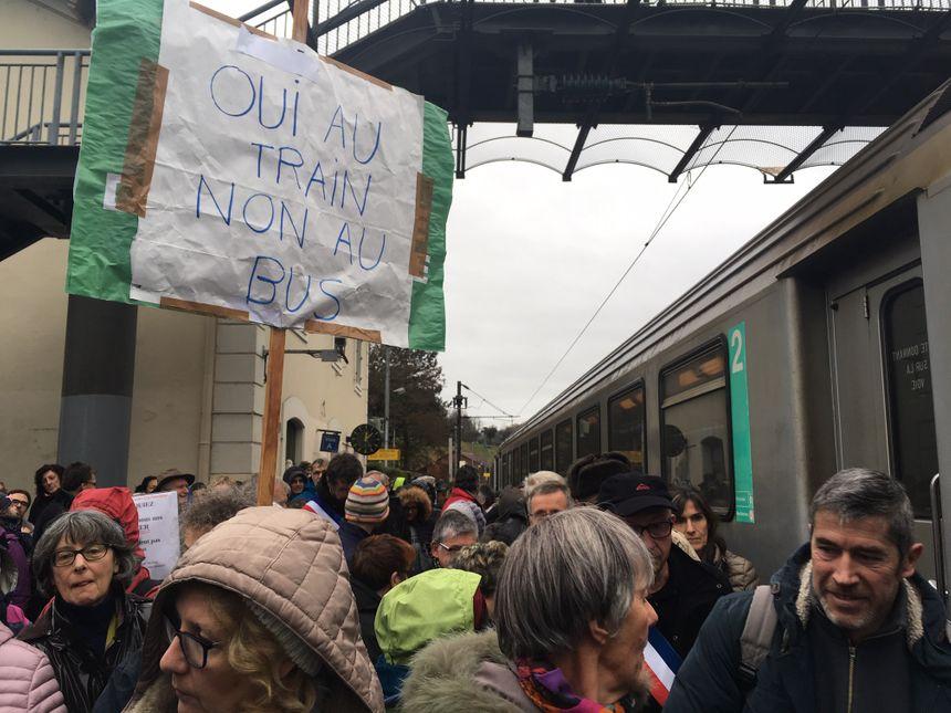Les manifestants ont bloqué un train en gare de Lépin-le-Lac pendant quelques minutes. - Radio France