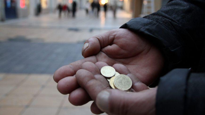 Un jeune garçon a offert un carton de cadeaux à Julien, qui faisait la manche rue Nationale à Tours, dimanche dernier. De quoi illuminer le Noël de cet homme de 32 ans. (Photo d'illustration).