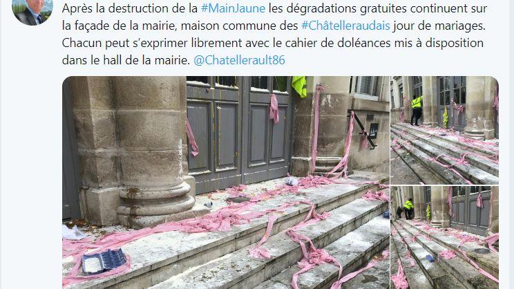 Les marches de la mairie de Châtellerault après le passage des gilets jaunes