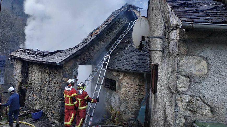 Le toit de la maison a été complètement détruit.