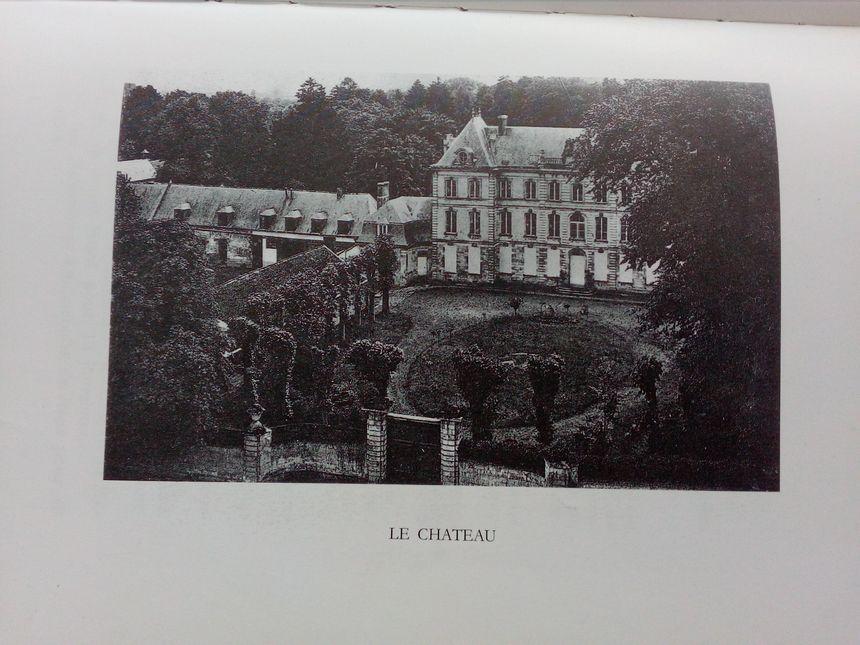 Le château de Le Quesnel a été construit en 1753 (photo dans le livre Le Quesnel et Saint-Mard en Chaussée par l'abbé Maurice Leroy)