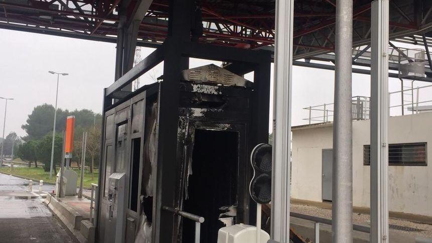 cabine de péage de l' A9 d' Agde incendiée  le 15 decembre