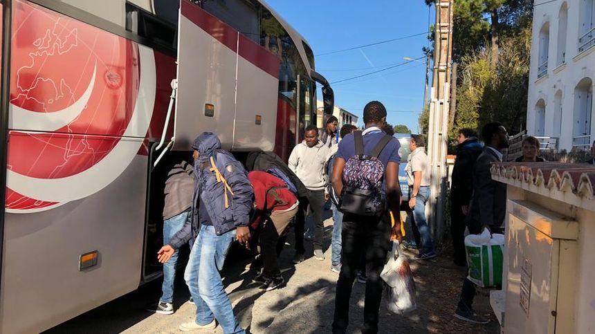 Les migrants sont arrivés à bord de deux bus à Saint-Brévin.