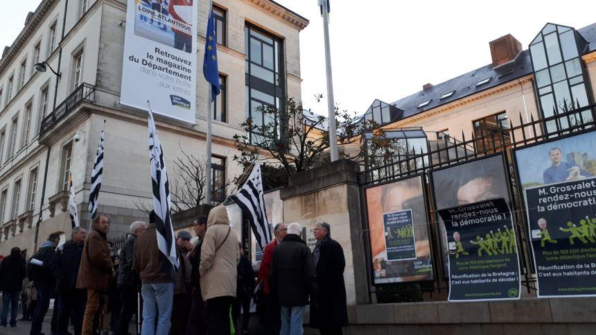 Rassemblement des partisans d'une Bretagne à cinq départements, ce lundi à Nantes devant l'hôtel du département