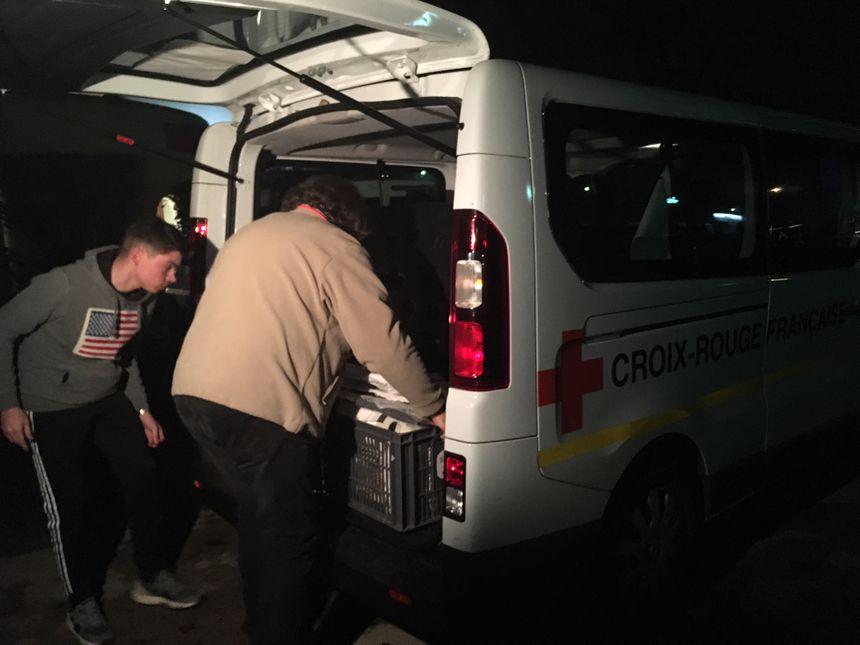 Pierre et Adrien chargent le camion de maraude du SAMU social avant de partir en distribution.