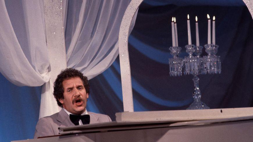 Le chanteur compositeur américain Mort Shuman interprète une chanson à la télévision en octobre 1981, en France.