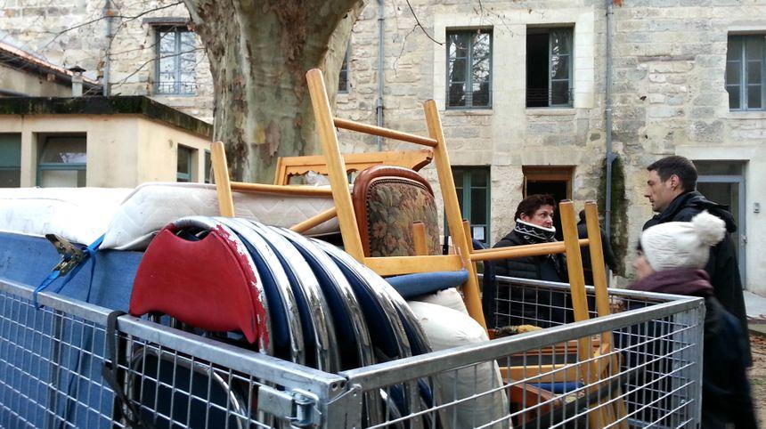 Des avignonnais solidaires ont offert du mobilier pour aménager le bâtiment vide du diocèse