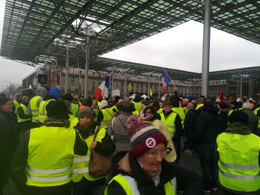 Les gilets jaunes rassemblés à la gare d'Amiens le 1er décembre 2018