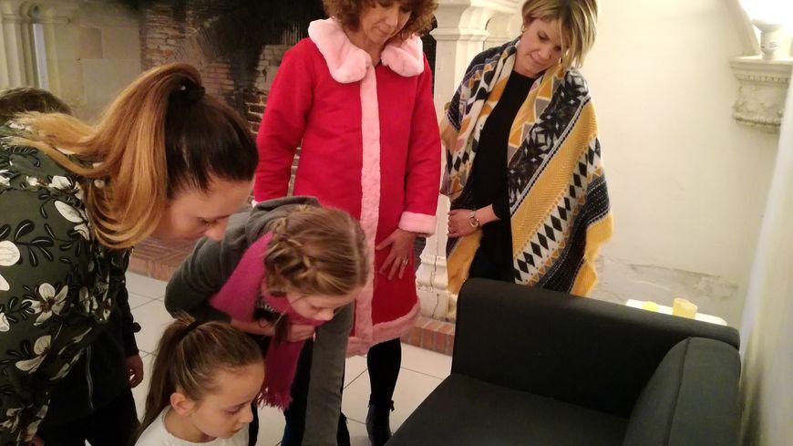 Les enfants et leurs parents doivent fouiller le château à la recherche d'indices et résoudre des énigmes.