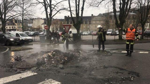 Les pompiers sont intervenus pour des feux allumés ce matin sur la place de la Tour d'Auvergne