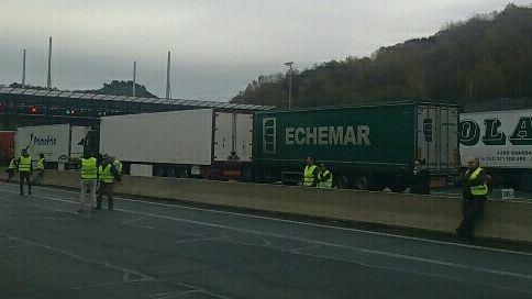 Les Gilets Jaunes ont bloqué les camions au péage de Biriatou à la frontière franco-espagnol toute la journée de samedi provoquant des embouteillages monstres
