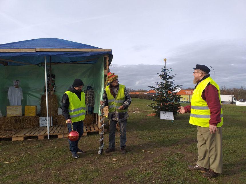 Le maire de Chatuzange-le-Goubet a prêté deux sapins de Noël aux gilets jaunes de Pizançon qui ont installé à côté une crèche construite avec des palettes.