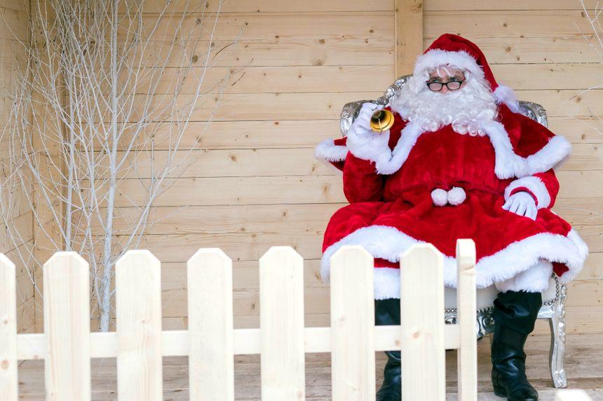 Le père Noël et tous ses attributs modernes : barbe blanche, costume rouge et blanche, bonnet à pompon.