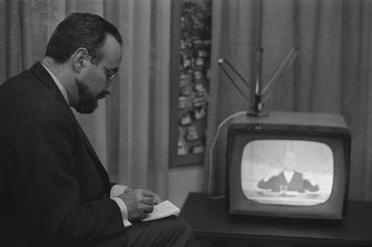 Edgard Pisani regardant l'allocution télévisée du Général de Gaulle du 24 mai 1968