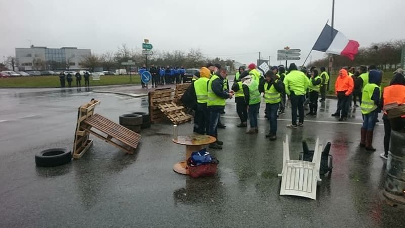 Les gilets jaunes de Mayenne et d'Ile-et-Vilaine filtrent les entrées des camions de l'entrepôt Martin-Brower depuis bientôt 24h