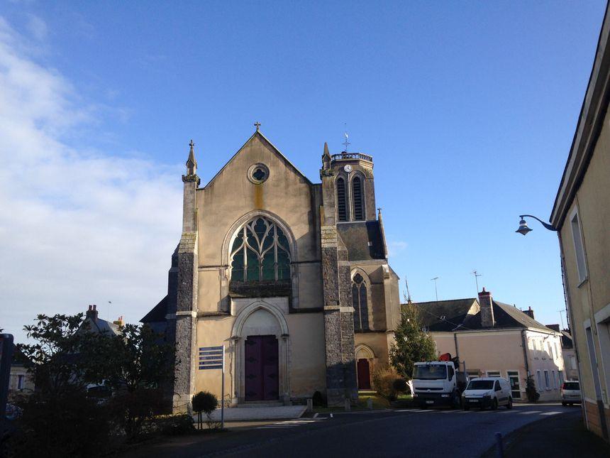 """L'église de Méral permettra de faire le """"pont"""", avec une antenne, pour apporter le Wifi à la salle des fêtes et à la salle des associations. - Radio France"""