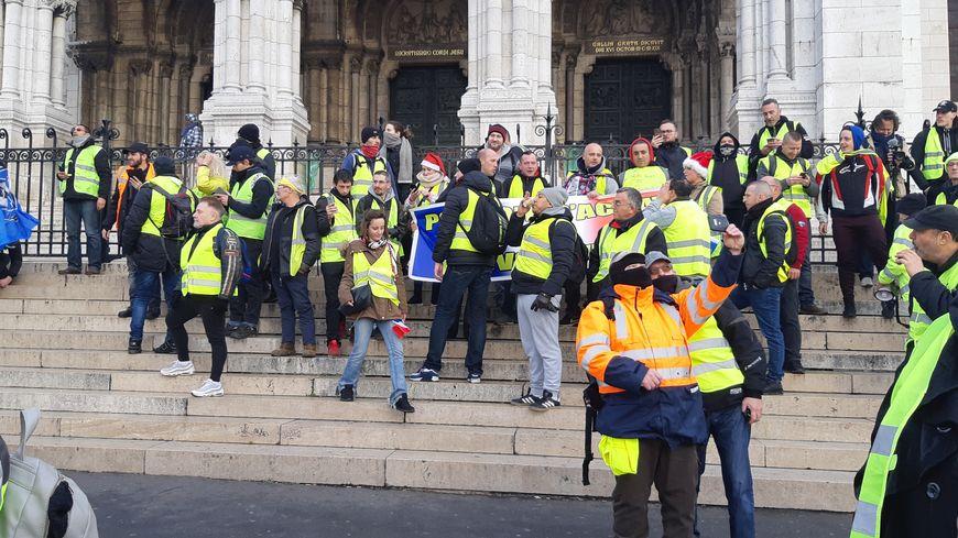 Les giles jaunes devant la basilique à Montmartre
