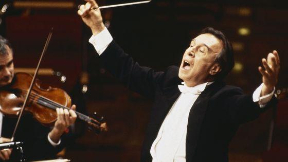 Le chef d'orchestre Claudio Abbado dirige le Berliner Philharmonike en mai 1997