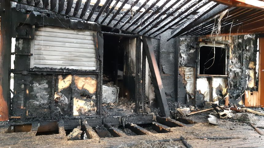 Le feu serait parti près de la porte d'entrée, côté lac, et donc invisible depuis la route.