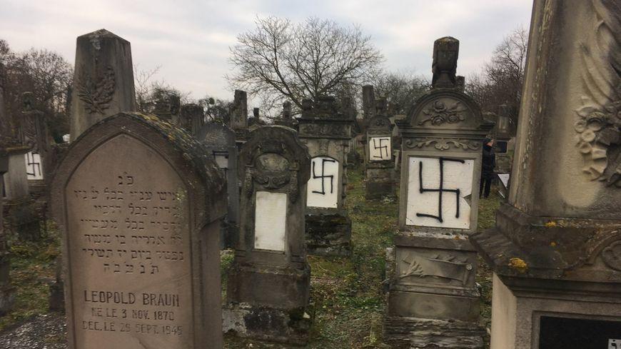 Trente-sept stèles du cimetière juif d'Herrlisheim (Bas-Rhin) ont été profanées.