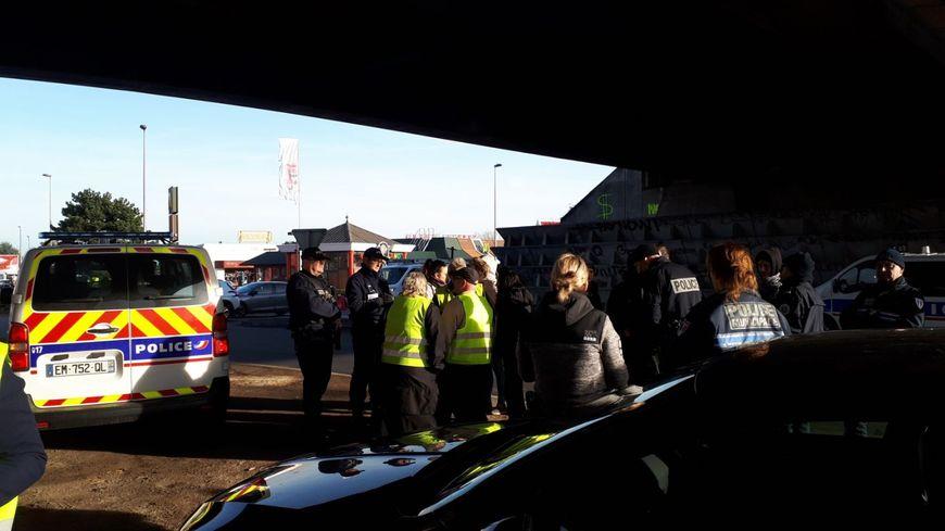 Discussions entre la police et les gilets jaunes à Kingersheim.
