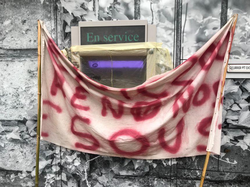 Les gilets jaunes ont empêché l'accès aux distributeurs de billets