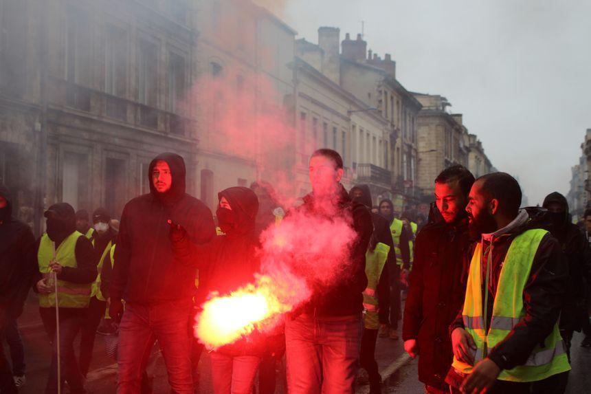 Bloqués par des barrages policiers les empêchant d'aller vers la mairie, les manifestants se dirigent vers la place de la Victoire.