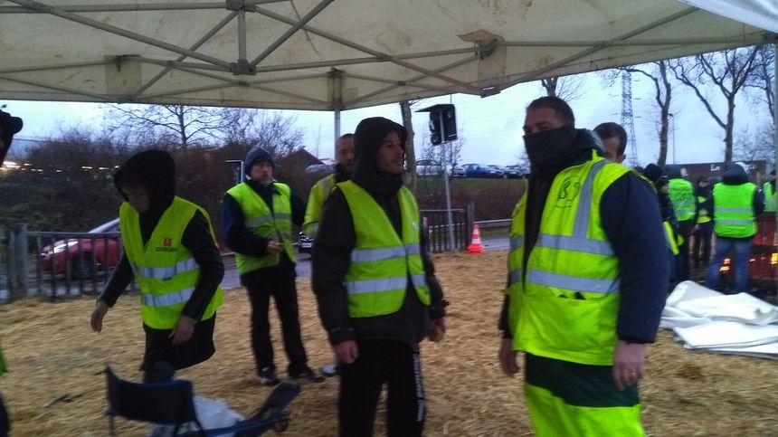 Une fois les policiers repartis vendredi matin, les gilets jaunes du rond-point de l'Europe à Auxerre se réinstallent